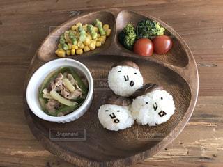 木製のテーブルの上に食べ物のプレートの写真・画像素材[820441]
