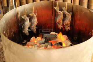 囲炉裏で魚を串焼きの写真・画像素材[4123848]
