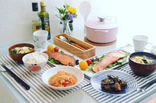 テーブルな皿の上に食べ物のプレートをトッピング - No.748642