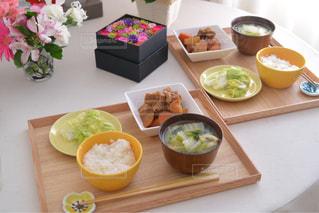 テーブルの上に食べ物のトレイ - No.753090