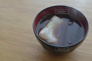 木製テーブルの上のコーヒー カップ - No.776582