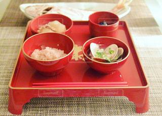 赤いトレイの上に食べ物のボウル - No.776601