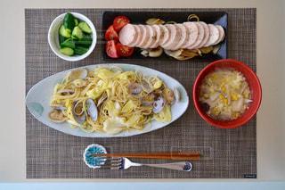 テーブルの上に食べ物のプレートの写真・画像素材[779655]