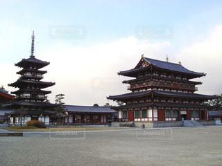 背景の大きな建物の写真・画像素材[792319]