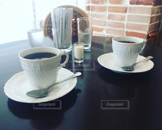 テーブルの上のコーヒー カップ - No.792738
