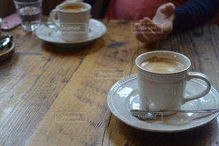 テーブルの上のコーヒー カップ - No.795005
