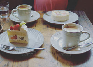 食品とコーヒーのカップのプレートの写真・画像素材[795018]