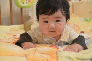 ベッドの上に座っている赤ちゃん - No.816086