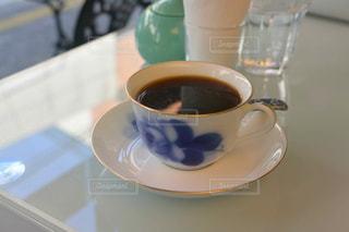 テーブルの上のコーヒー カップ - No.909378