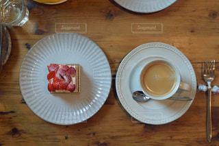木製のテーブルの上に食べ物のプレート - No.937979