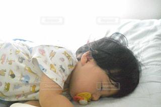 赤ちゃんのベッドの上で横になっています。の写真・画像素材[1375149]