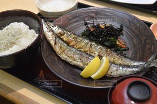 テーブルの上に食べ物のボウルの写真・画像素材[1452912]