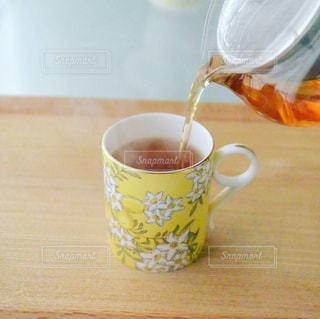 テーブルの上のコーヒー カップの写真・画像素材[1456484]