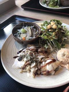 テーブルの上に食べ物のプレートの写真・画像素材[1643167]