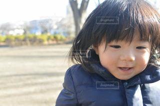 カメラに向かって笑みを浮かべる息子の写真・画像素材[1782983]