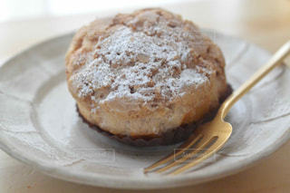 近くに皿の上のケーキのアップの写真・画像素材[1782984]