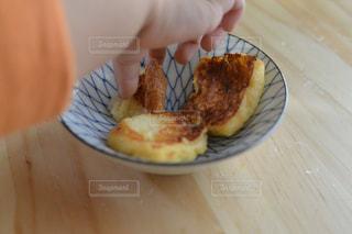 フレンチトーストを食べる1歳児の写真・画像素材[1808435]