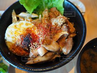 皿の上の食べ物のボウルの写真・画像素材[2407055]