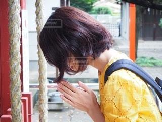 神社で参拝する女性の写真・画像素材[2464793]