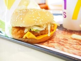 テーブルの上に座っているサンドイッチのクローズアップの写真・画像素材[2465479]