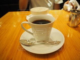 テーブルの上でコーヒーを一杯飲むの写真・画像素材[2495985]