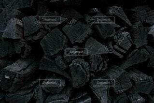 黒い炭、黒い薪の写真・画像素材[4130139]