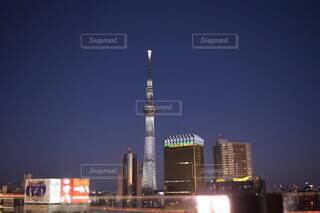夜の高い塔の写真・画像素材[4134537]
