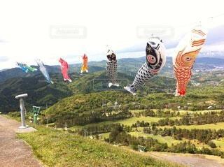 雪の丘の上でスキーに乗っている人々のグループの写真・画像素材[4134366]