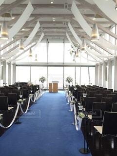 結婚式場の座席とバージンロードの写真・画像素材[4145727]
