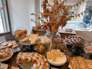 お菓子でいっぱいのテーブルの写真・画像素材[4279937]