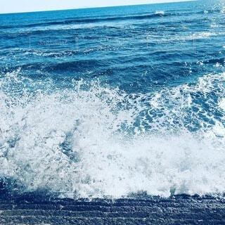 海のサーフボードに波に乗っている男の写真・画像素材[4163758]
