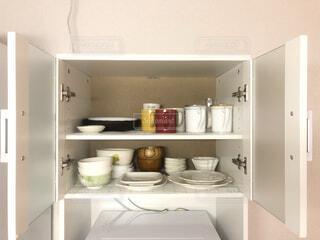 台所には、シンクと鏡があるの写真・画像素材[4313715]
