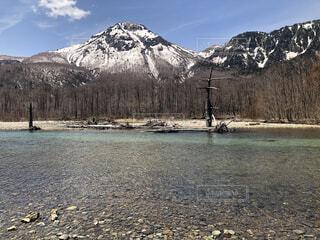 雪化粧の山と綺麗な湖の写真・画像素材[4139436]