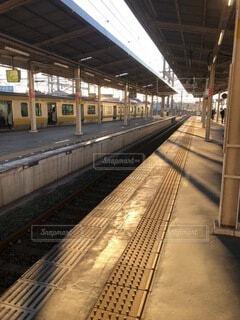 早朝の駅の写真・画像素材[4139594]