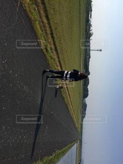 田んぼ道を散歩の写真・画像素材[4142987]