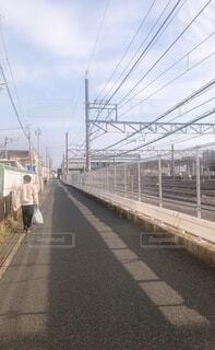 線路近くを歩く男の写真・画像素材[4152498]