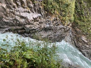 流れの速い川の写真・画像素材[4138073]