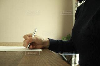 手紙を書く女性の写真・画像素材[4311055]