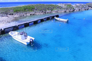 きれいな海に浮かぶ小さな2台のボートの写真・画像素材[4376419]