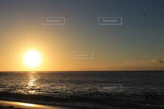 ハワイの海に沈む夕日の写真・画像素材[4554664]