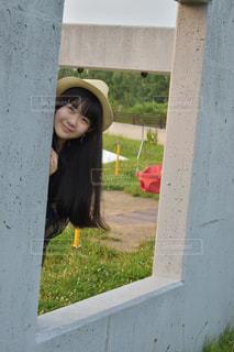 建物の前に立っている女性の写真・画像素材[861378]
