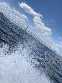 水の中のサーフボードに波に乗っている男の写真・画像素材[4183207]