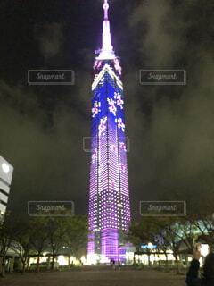 夜にライトアップされたタワーの写真・画像素材[4139487]