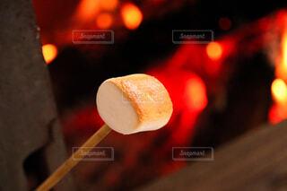 火で焼いたマシュマロの写真・画像素材[4368247]