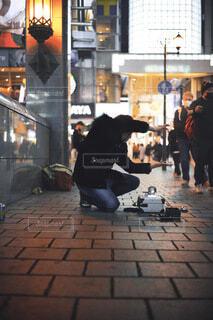 街をざわつかせるストリートマジシャンの写真・画像素材[4142248]