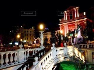 スロベニアの首都リュブリャナの夜の都市風景の写真・画像素材[4177699]