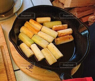 木製のテーブルの上に座っている食べ物の鍋の写真・画像素材[4142799]
