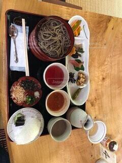 木製のテーブルの上に座っている食べ物のボウルの写真・画像素材[4146193]