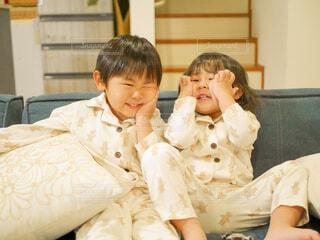 お揃いのパジャマを着る兄妹の写真・画像素材[4149444]