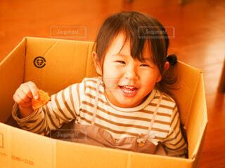 段ボールの中で笑う女の子の写真・画像素材[4149445]